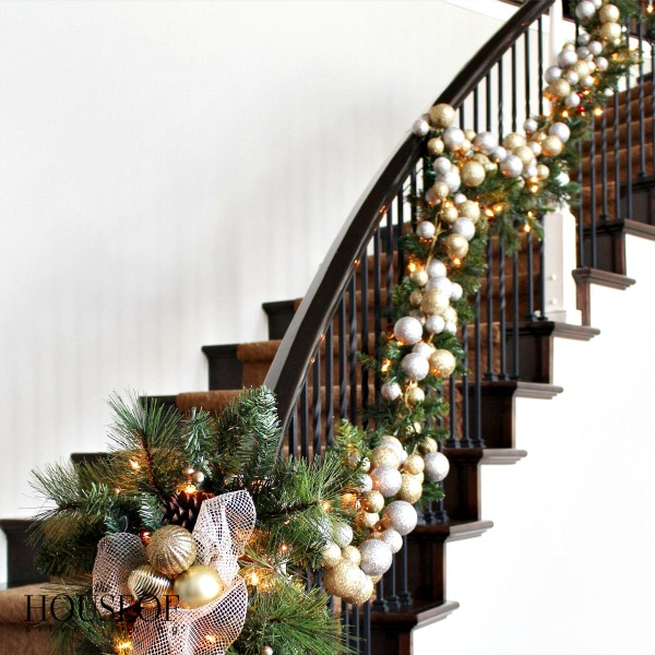 Christmas-tour-garland-stairs