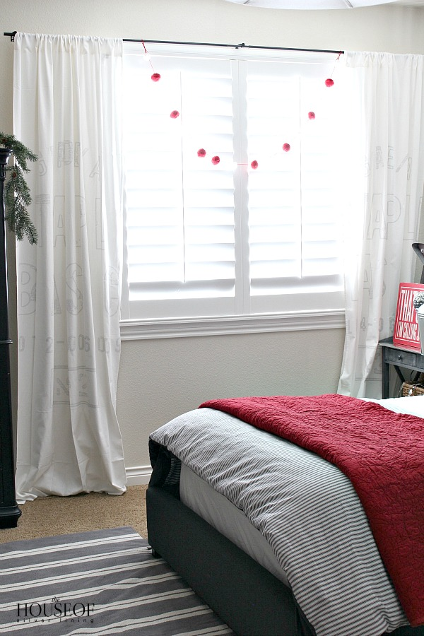 boy-bedroom-Christmas-decorating