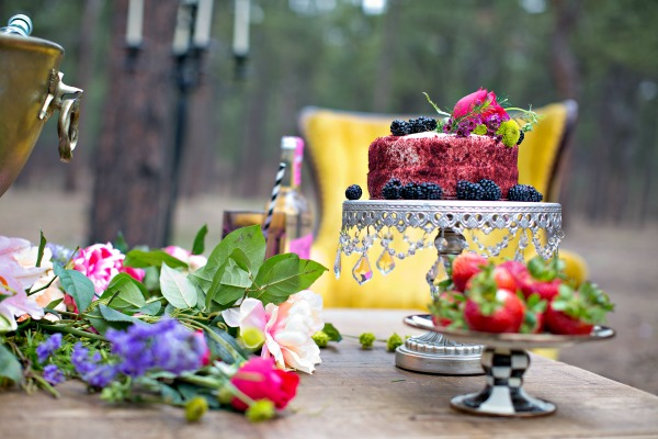 beautiful-tablescape-in-the-woods