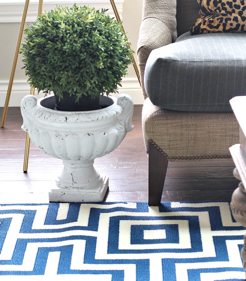 summer-decorating-ideas-with-topiaries