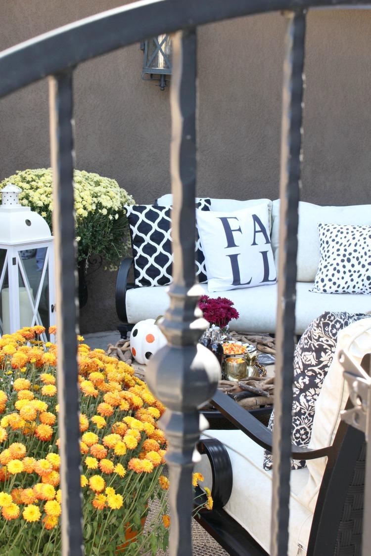 beautiful-fall-decorating-fall-patio