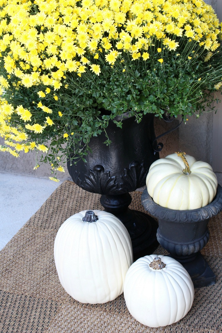 fall-porch-decorating-ideas-with-white-pumpkins
