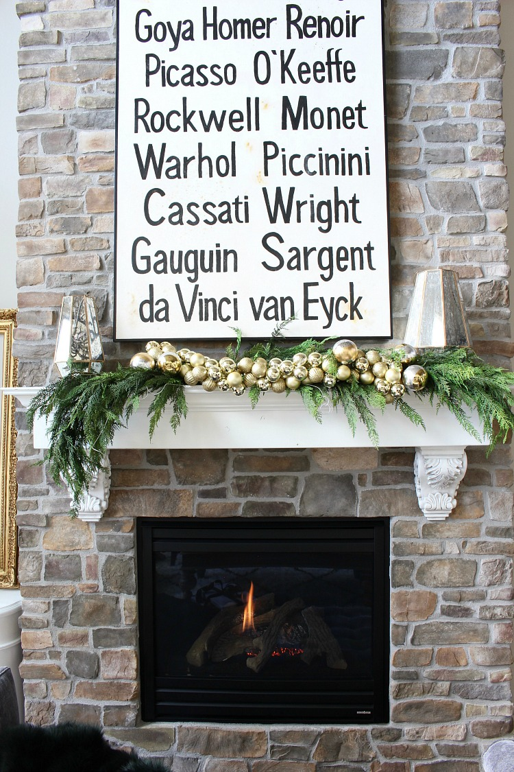 beautiful-christmas-mantel-with-garland