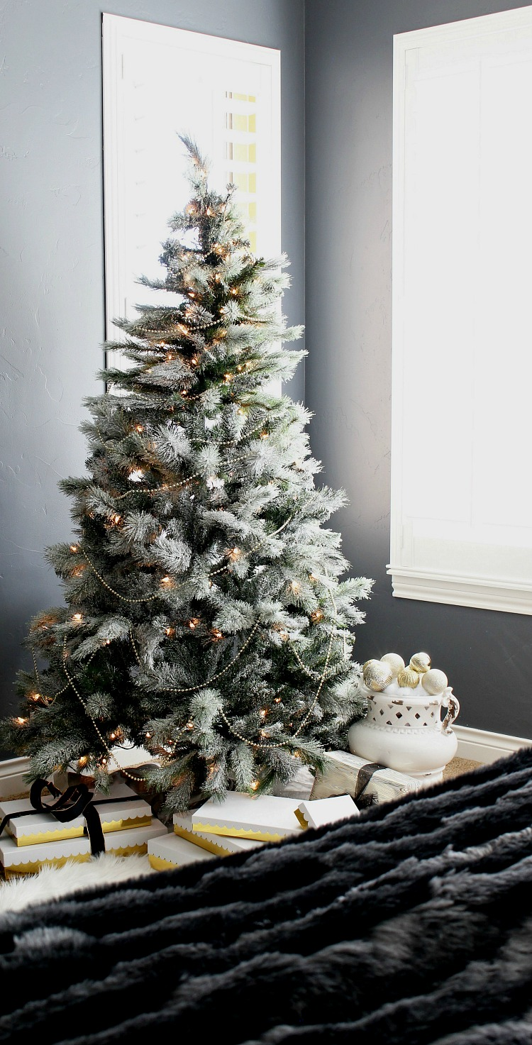 beautiful-simple-christmas-tree-bedroom