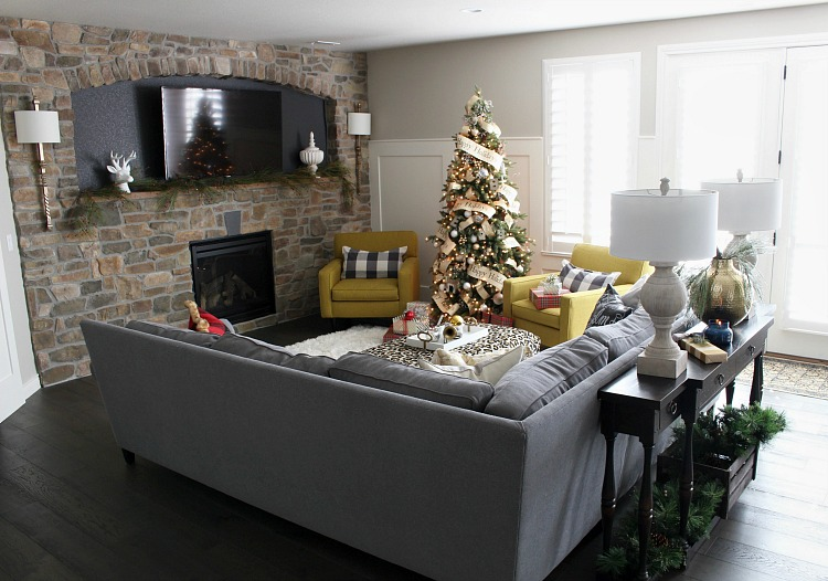 traditional-cozy-family-room-christmas