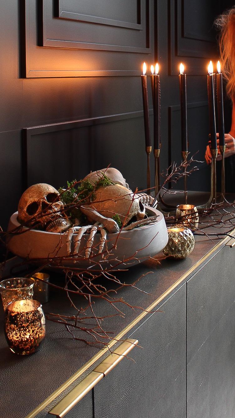elegant-halloween-decor-skeleton-skull-heads-centerpiece-black-dining-room